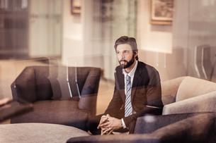 Businessman sitting in armchairの写真素材 [FYI03558627]