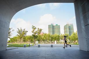 Woman jogging in urban area, South Bund, Shanghai, Chinaの写真素材 [FYI03558727]