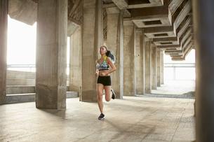 Woman jogging in urban areaの写真素材 [FYI03558731]