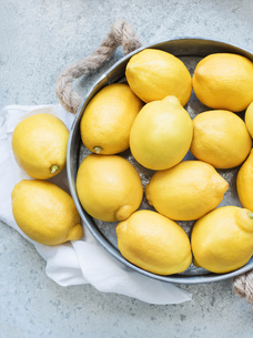 Lemons in metal containerの写真素材 [FYI03558776]