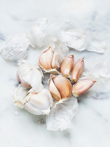 Garlic bulbs and cloves on white backgroundの写真素材 [FYI03558782]