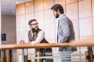 Two businessmen talking on office balconyの写真素材 [FYI03559056]