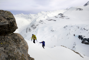 Mountaineers ascending snow-covered mountain, Saas Fee, Switzerlandの写真素材 [FYI03559107]