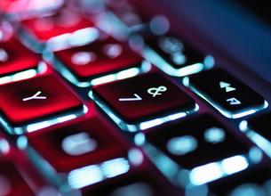 Night-lit laptop computer focusing on the keyboardの写真素材 [FYI03559164]