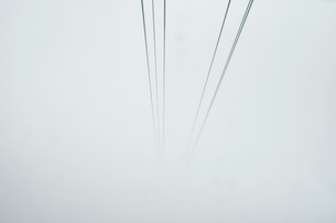 Cable car cables disappearing into mist, Mount Pilatus, Switzerlandの写真素材 [FYI03559180]