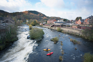 High angle view of two kayakers at the edge  of River Dee rapids, Llangollen, North Walesの写真素材 [FYI03559214]