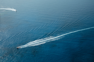 Aerial view of boats leaving trails in sea, Zante, Greeceの写真素材 [FYI03559333]
