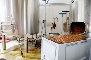 Spent grains from mash tun in large containerの写真素材 [FYI03559352]