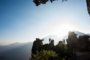 Silhouettes of distant couple on mountain peak, Passo Maniva, Italyの写真素材 [FYI03559503]