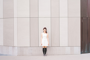 Full length portrait of woman in front of building, Milan, Italyの写真素材 [FYI03559548]