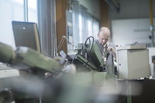 Man working in grinding workshopの写真素材 [FYI03559571]