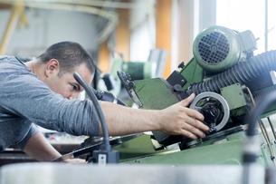 Man working in grinding workshopの写真素材 [FYI03559592]