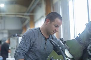 Man working in grinding workshopの写真素材 [FYI03559594]