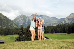 Three adult female friends taking smartphone selfie in Austrian Alps, Sattelbergalm, Tirol, Austriaの写真素材 [FYI03559811]