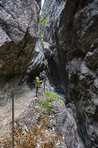 Mother and son trekking along pathway, Holental, Zugspitze, Garmisch-Partenkirchen, Bavaria, Germanyの写真素材 [FYI03559938]