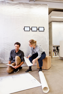 Architects in office discussing blueprintsの写真素材 [FYI03560252]