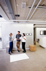 Architects in office discussing blueprintsの写真素材 [FYI03560257]
