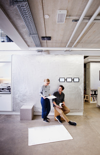 Architects in office discussing blueprintsの写真素材 [FYI03560258]