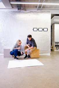 Architects in office discussing blueprintsの写真素材 [FYI03560260]