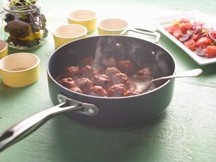 Saucepan of steaming greek meatballs on tableの写真素材 [FYI03560758]