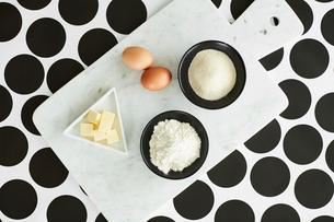 Baking ingredients on cutting boardの写真素材 [FYI03560912]