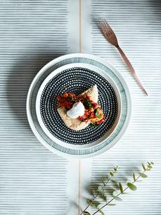 Light snack of chick peas salad on pitta breadの写真素材 [FYI03560913]