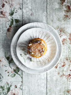 Tart served on lace-patterned plateの写真素材 [FYI03560921]