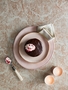 Chocolate pudding with dollop of creamの写真素材 [FYI03560925]