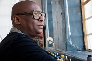 Portrait of man wearing glasses looking awayの写真素材 [FYI03560959]