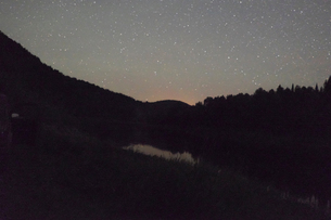 Starry night sky above silhouette of mountains, Ural, Russiaの写真素材 [FYI03561012]