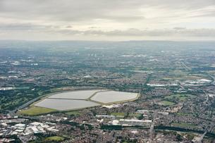 Aerial view of Audenshaw reservoir, Manchester, UKの写真素材 [FYI03561304]