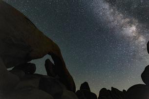 Silhouette of rocks and starry night sky, Joshua Tree, California, USAの写真素材 [FYI03561320]