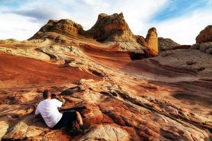 Photographer photographing White Pocket rock formation, Page, Arizona, USAの写真素材 [FYI03561327]