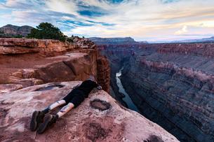 Photographer photographing view from Torroweap overlook, Littlefield, Arizona, USAの写真素材 [FYI03561341]
