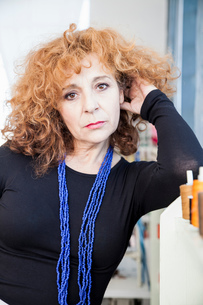 Portrait of mature woman looking at cameraの写真素材 [FYI03561351]