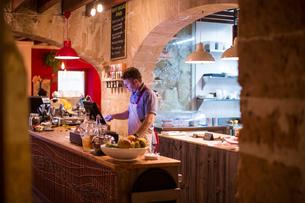 Restaurant owner working behind cash registerの写真素材 [FYI03561354]