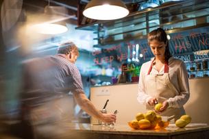 Restaurant owners working in kitchenの写真素材 [FYI03561356]