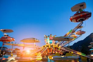 Fairground ride in actionの写真素材 [FYI03561428]