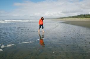 Young woman walking barefoot on beach, Long Beach, Vancouver Island, British Columbia, Canadaの写真素材 [FYI03561439]