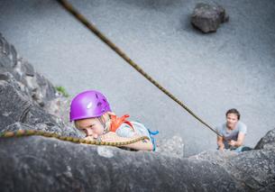 Boy wearing climbing helmet rock climbingの写真素材 [FYI03561527]