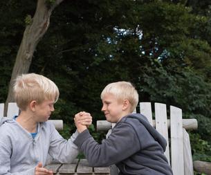 Boys arm wrestlingの写真素材 [FYI03561560]
