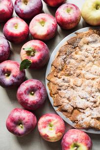 Apple pie with fresh Empire apples, overhead viewの写真素材 [FYI03561595]