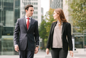 Business people walking in city talkingの写真素材 [FYI03561629]