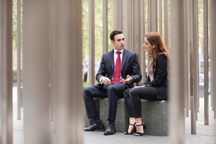 Businesspeople sitting in city talkingの写真素材 [FYI03561643]