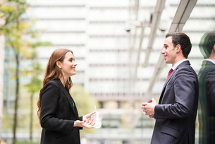 Businesspeople in city face to face talkingの写真素材 [FYI03561658]