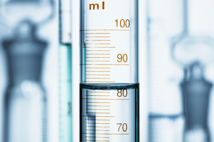 Meniscus. Curved surface (meniscus) of water in graduated cylinder. Liquid volume measured by readinの写真素材 [FYI03561782]
