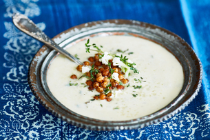 Bowl of cauliflower soup garnished with chickpeasの写真素材 [FYI03561812]