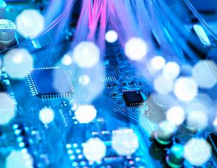 Fibre optics shooting past electronics of broadband hubの写真素材 [FYI03561880]