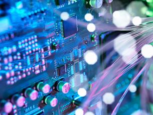 Fibre optics shooting past electronics of broadband hubの写真素材 [FYI03561882]