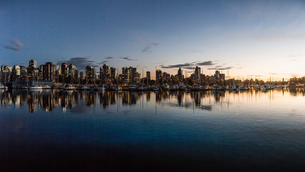 Harbour waterfront and city skyline at dusk, Vancouver, Canadaの写真素材 [FYI03561906]
